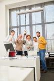 Équipe réussie d'affaires avec des pouces vers le haut Images libres de droits