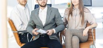 Équipe réussie d'affaires avec des programmes financiers dans le lieu de travail dans le bureau Photo libre de droits