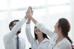 Équipe réussie d'affaires se donnant de hauts cinq Photos libres de droits