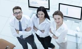 Équipe réussie d'affaires tenant le lieu de travail proche Photos stock