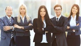 Équipe réussie et heureuse d'affaires sur le fond de bureau image libre de droits