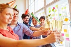 Équipe réussie grillant avec le vin mousseux Images libres de droits