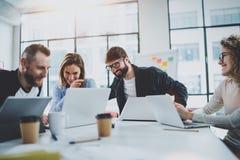 Équipe responsable du projet travaillant ensemble dans le lieu de réunion au bureau Collègues faisant un brainstorm le concept de photos stock