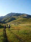 Équipe s'élevant sur la plus haute montagne croate Image stock