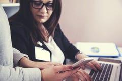 Équipe travaillant dans le document images libres de droits