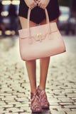 Équipement élégant closeup Sac en cuir dans des mains de femme élégante Fille à la mode posant sur la rue Mode femelle Images stock