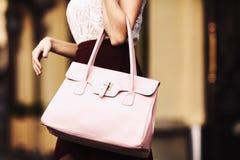 Équipement élégant closeup Sac en cuir dans des mains de femme élégante Fille à la mode sur la rue Mode femelle Ville Photos libres de droits