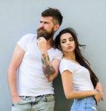 Équipement élégant de la jeunesse simple mais moderne La fille à la mode brutale de hippie et élégante barbue traînent Amis de co photo libre de droits