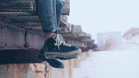 Équipement élégant Fermez-vous vers le haut des bottes d'hiver de bottines et d'hommes de femmes lifestyle Mode femelle et mascul banque de vidéos
