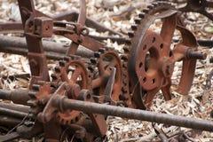 Équipement abandonné de ferme entouré par les feuilles sèches images stock