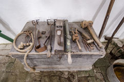 Équipement antique de ferme - divers outils de bricolage Image stock