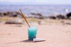 Équipement artistique : pinceaux, tubes de peinture, palette et peintures sur la roche dans le bord de mer de nature au jour d'ét photo stock