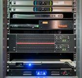 Équipement audio ou contrôleurs empilés dans le coffret image libre de droits