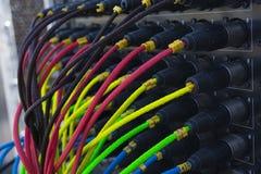 Équipement coloré de fil pour le bruit se reliant, équipement léger, concerts images stock