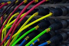 Équipement coloré de fil pour le bruit se reliant, équipement léger, concerts photos libres de droits