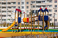 Équipement coloré de terrain de jeu d'enfants Photographie stock