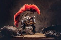 Équipement complet de combat du mensonge de guerrier du grec ancien sur une boîte de conseils en bois photos libres de droits