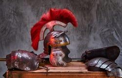 Équipement complet de combat du mensonge de guerrier du grec ancien sur une boîte de conseils en bois images libres de droits