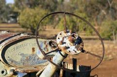 Équipement désuet de ferme dans le parc communautaire photographie stock