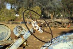 Équipement désuet de ferme dans le parc communautaire photographie stock libre de droits