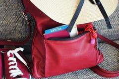 Équipement d'été des femmes s : espadrilles rouges, sac à dos, chapeau Substances de déplacement de fond et de touriste Photo libre de droits