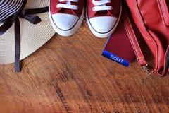 Équipement d'été des femmes s : espadrilles rouges, sac à dos, chapeau Substances de déplacement de fond et de touriste Vue supér Image stock