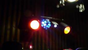 Équipement d'étape le concert la lumière dans la tache floue banque de vidéos