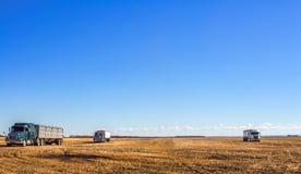 Équipement d'agriculture dans un domaine moissonné Photo stock