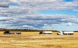 Équipement d'agriculture dans un domaine moissonné Images stock