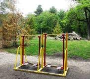 Équipement d'exercice en parc public Photo stock