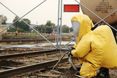 Équipement d'homme dans le costume biologique de protection photo libre de droits