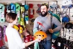 Équipement de achat d'alpinisme de jeunes couples de famille Photographie stock