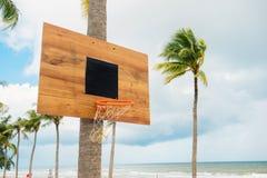 Équipement de basket-ball sur l'île tropicale Panier vide S extérieur Photographie stock