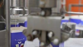 Équipement de boxe de lait à l'installation laitière banque de vidéos
