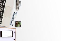 Équipement de bureau sur le bureau dans le lieu de travail Photo libre de droits
