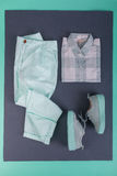 Équipement de couleur de menthe de femelle d'été ou de ressort Chemise, pantalon, espadrilles sur le fond gris Vue supérieure Image libre de droits