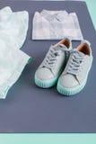 Équipement de couleur de menthe de femelle d'été ou de ressort Chemise, pantalon, espadrilles sur le fond gris Vue supérieure Images stock