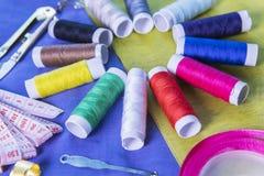 Équipement de couture au-dessus de tissu Images libres de droits