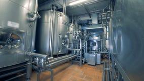 Équipement de distillerie et réseau de pipe-lines dans une installation d'usine banque de vidéos