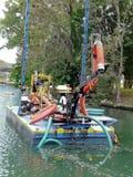 Équipement de dragage dans le canal de rivière Photos stock