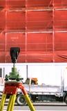 Équipement de examen de construction de bâtiments de théodolite avec le scaffo Photo stock