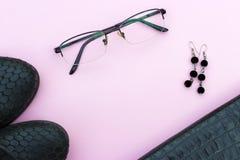 Équipement de femelle d'automne Placez des chaussures et des accessoires sur un fond rose photographie stock libre de droits