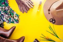 Équipement de femelle de ressort Ensemble de vêtements, de chaussures et d'accessoires photos libres de droits
