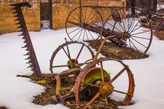 Équipement de ferme de vintage dans la neige d'hiver Photos stock