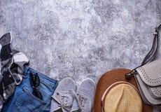 Équipement de filles d'été sur le fond gris Photo libre de droits