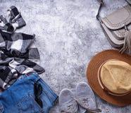 Équipement de filles d'été sur le fond gris Photographie stock libre de droits