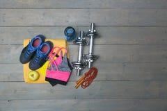Équipement de forme physique avec l'espace de copie sur le plancher en bois gris de planche Photo stock