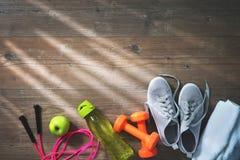 Équipement de forme physique, nourriture saine, espadrilles, bouteille d'eau et towe Photographie stock