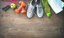 Équipement de forme physique, nourriture saine, espadrilles, bouteille d'eau et towe Image stock