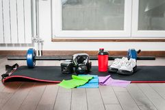 Équipement de forme physique pour la femme dans la maison pour la séance d'entraînement à la maison Photo libre de droits
